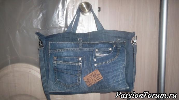 Одна из моих любимых сумок. Хожу с ней на работу. получился удачный размер. В нее все ходит:документы, пакетик на обед,кошелек,косметичка и болоневая сумка, чтобы зайти в магазин по дороге с работы домой. Длинный ремень освобождает уставшие руки от нагрузки. Размеры 37268 см.