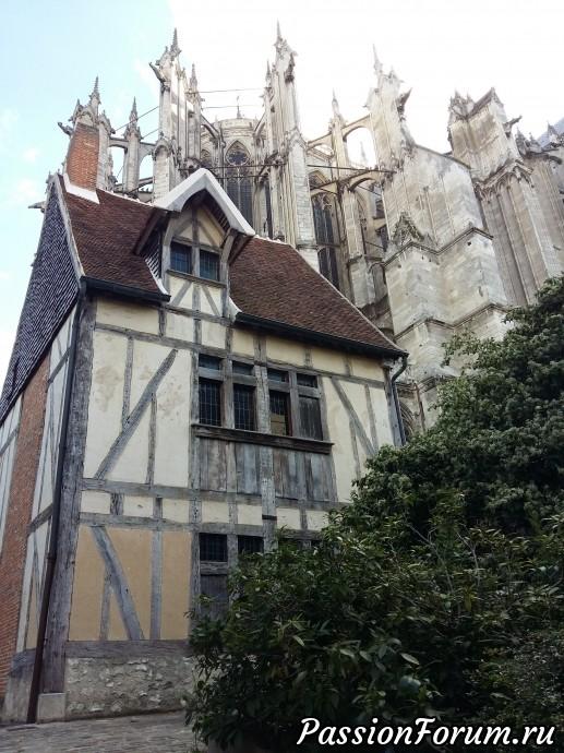 а через дорогу мы увидели вот этого дедушку Дом 15 века!!