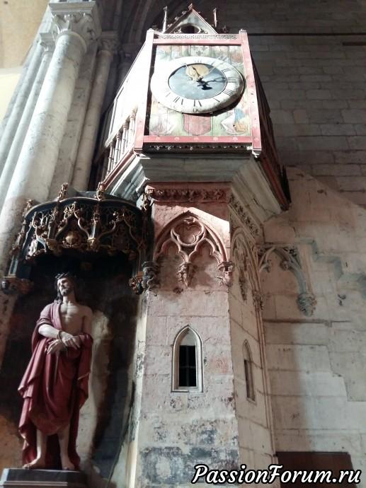 > говорят, что на нефе сохранилась большая часть витражей XVI века, а около северной двери остались часы, состоящие из 90 000 деталей, собранные в 1860 г.