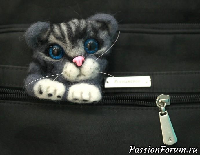 Брошь валяная котенок в кармашке