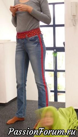не бойтесь контрастных вставок.Это выглядит модно и расставит ваши джинсы на несколько см.
