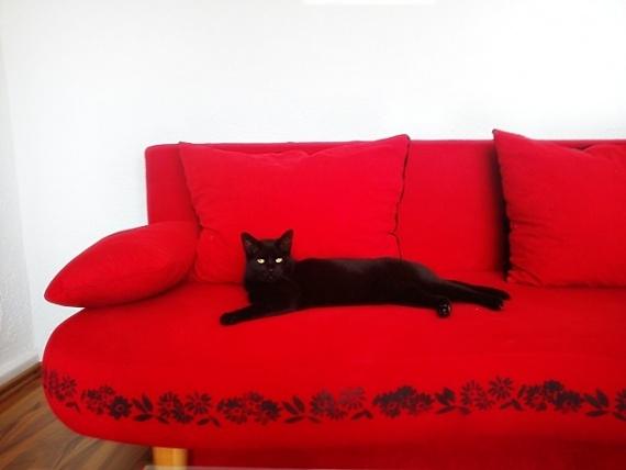 Вышивка по дивану и столику...