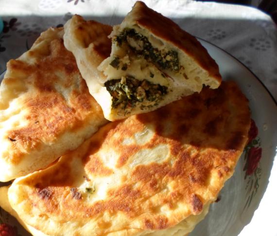 Тонкие жареные  пирожки с куриным филе и зеленью