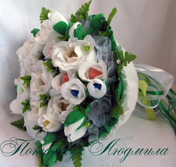 Букет из конфет с фрезиями и розами