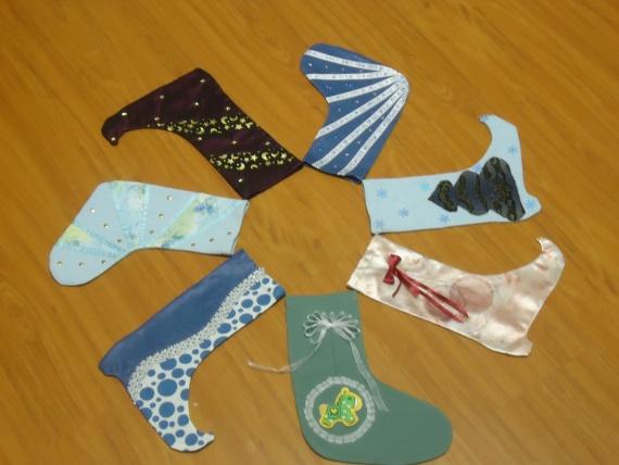 Новогодние носки и сапожки как упаковка подарков.