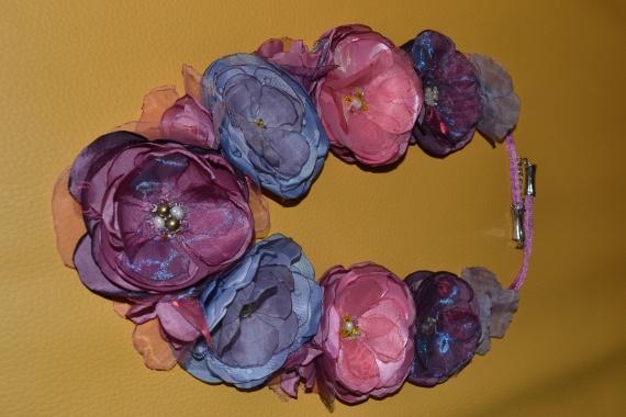 колье из цветов из ткани