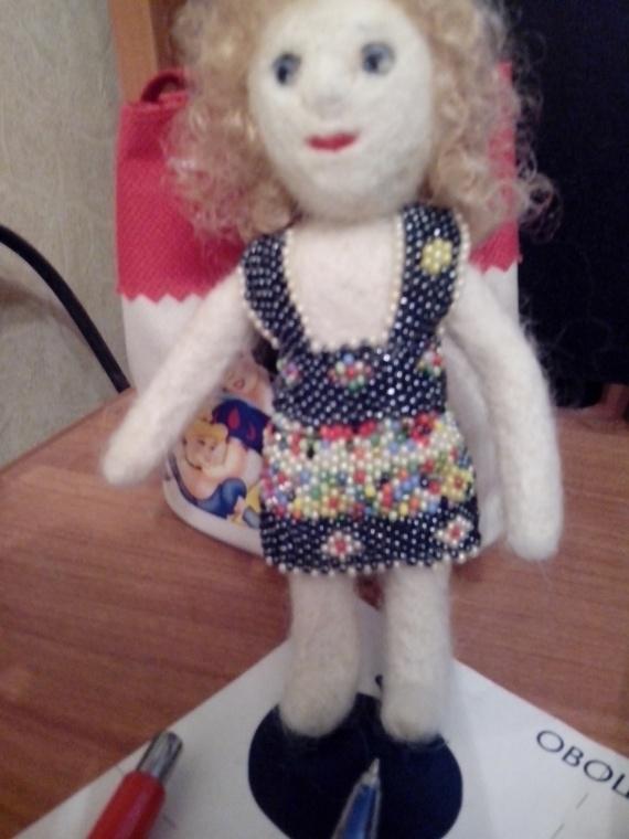 валянная куколка в платье из бисера