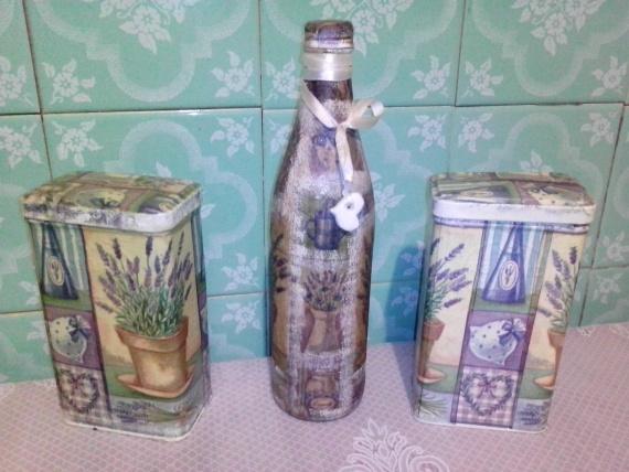 Кухонный наборчик: в бутылочке уксус, в коробках сушенные травки