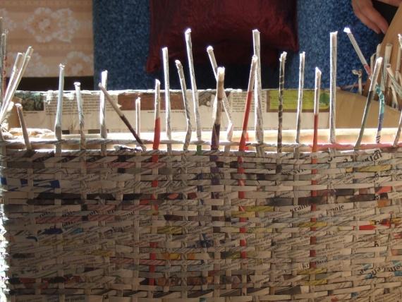 плетение ящика из бумажных трубочек
