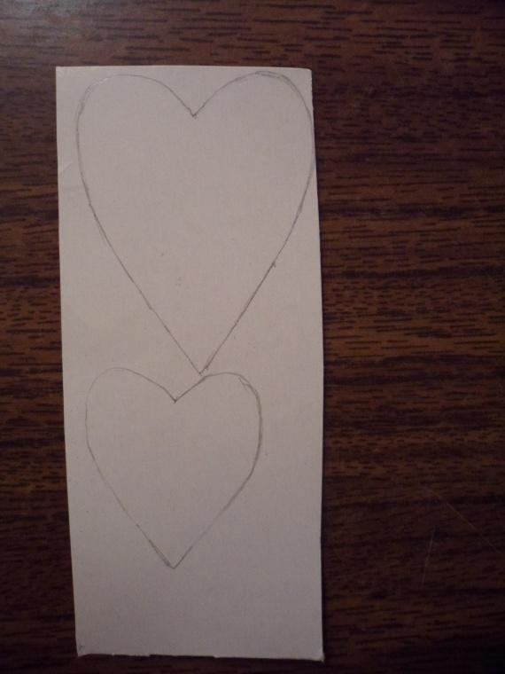 На картоне рисуем два сердечка, побольше и поменьше.