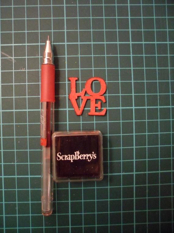 При помощи красной ручки разрисовываем чипборд, края тонируем черными чернилами