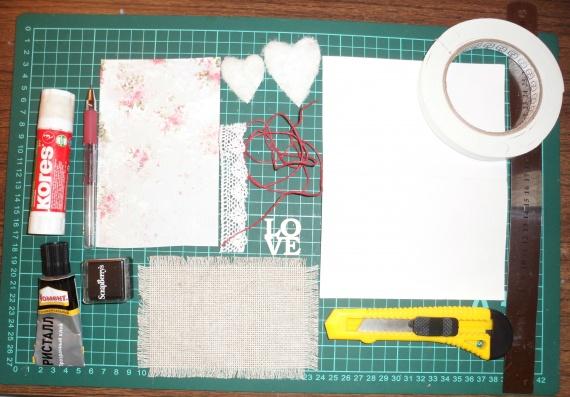 Для работы нам понадобится: лист акварельной бумаги, лист скрап бумаги(можно заменить обоями),льняная канва или ткань, белое хлопковое кружево, красный вощеный шнур, два сердечка (мк как их сделать приведу ниже), чипборд love, канцелярский нож, линейка, красная ручка, черные чернила, клей карандаш, клей момент кристалл, объемный скотч.