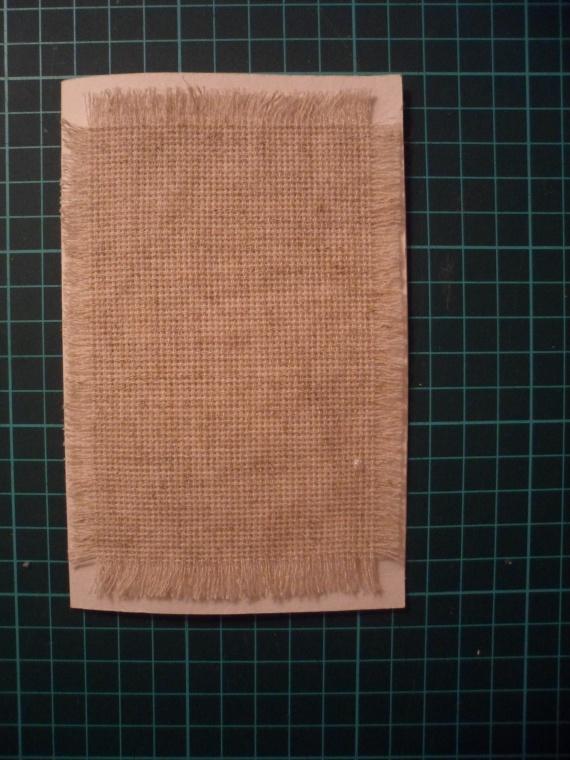 Дальше вырезаем из канвы кусочек чуть меньше основы открытки и делаем бахрому. Приклеиваем его к основе.