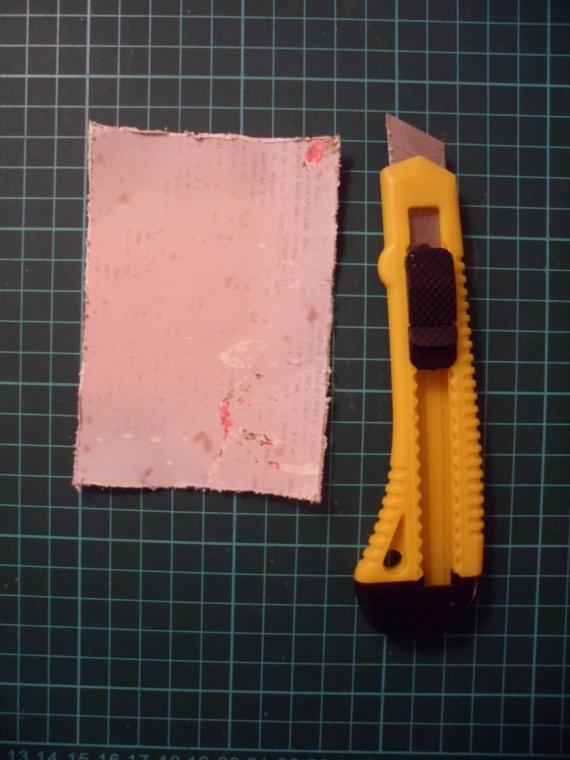 Из скрап бумаги вырезаем прямоугольник 7х11,5 см и при помощи канцелярского ножа состариваем края.