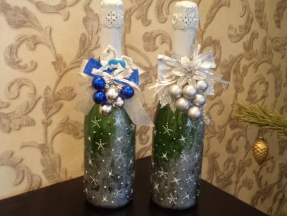 Эти бутылочки расписаны с помощью акриловой краски серебро и контура по стеклу белого