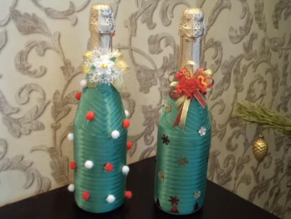 эти бутылочки оформлены косой бейкой, почти елочки вышли))))