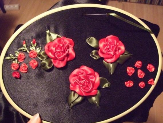 И снова на чёрном... красные розы...