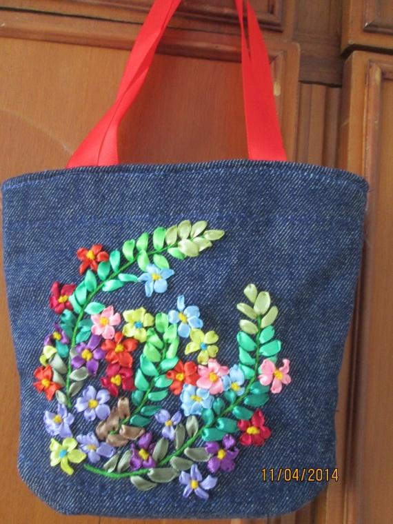 Решила применить вышивку лентами для украшения сумок. Заодно потренироваться в навыках.