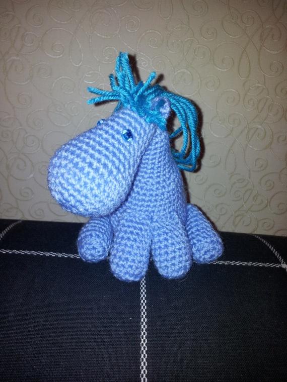 Голубая лошадка, связанная крючком