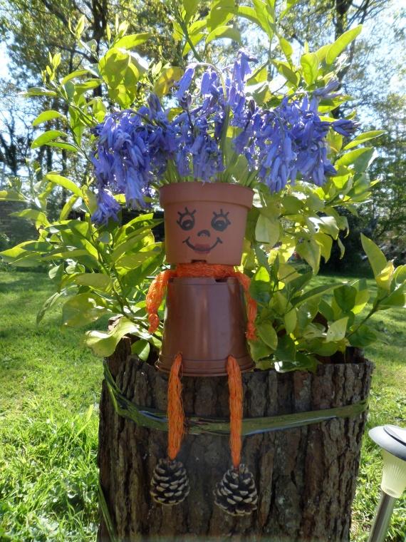в саду с улыбкой.