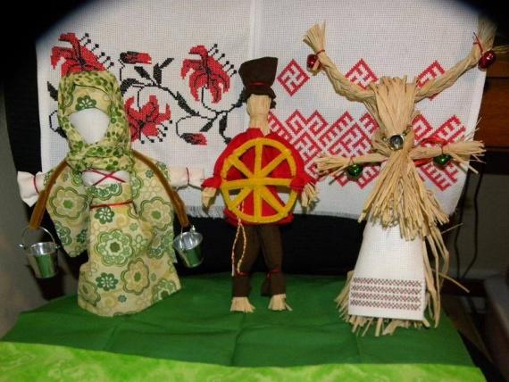 Это народные славянские рождественские куклы и рушник с вышивкой. Сделаны моей дочерью Ольгой Стэнтон, США