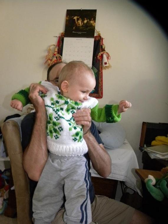 Сорен в связанном мамой свитерке.