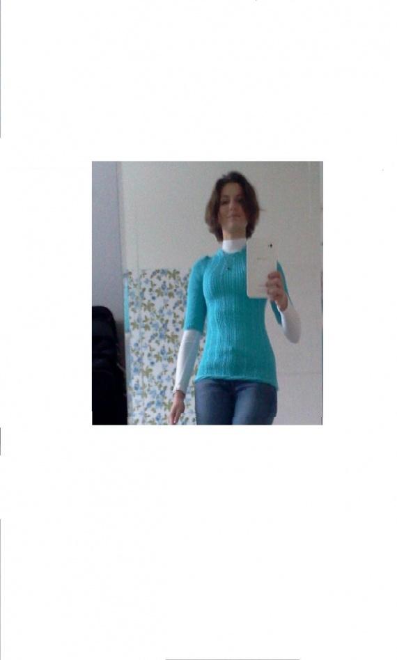 бирюзовый свитерок, вязанный резинкой, низ и ворот - косы