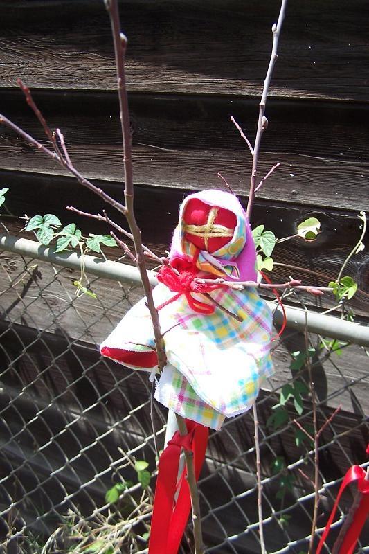 Во дворе на дереве. На дерево еще вешаются крашенки.