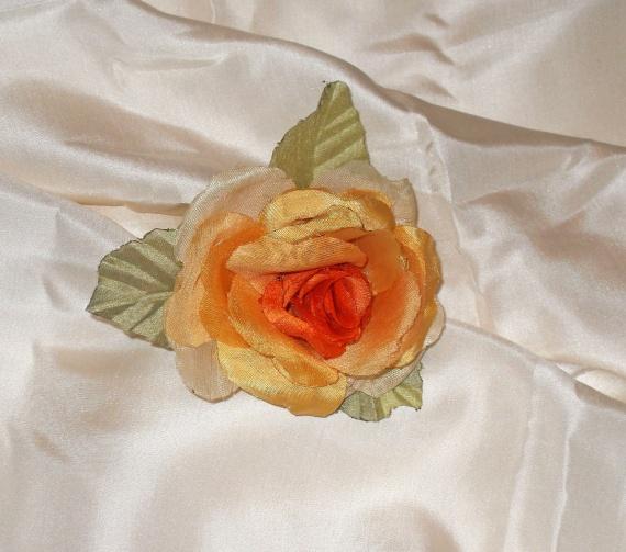 роза из искусственной ткани в мягкой технике.