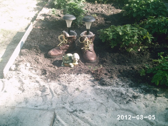 Как вы украшаете сад или дачу?