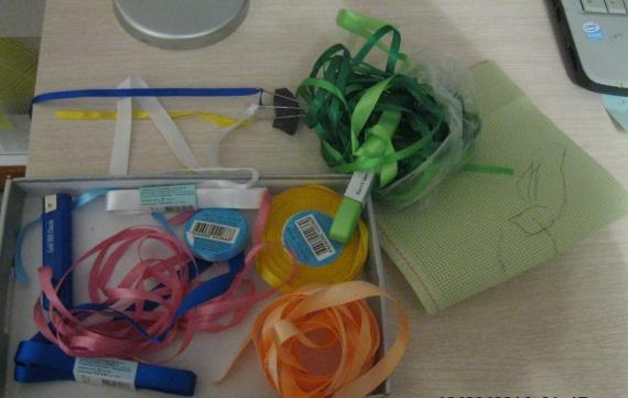 материалы: атласные ленты, канва, иглы для вышивки лентами