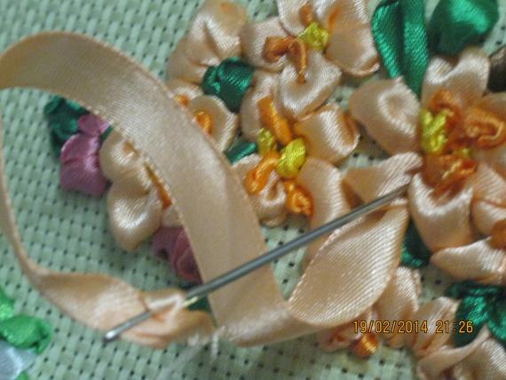 Вышивка цветущей ветки, розовые цветы