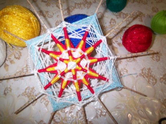 Плетем большие лепестки по отдельности разными цветами через две палочки на третьей палочке