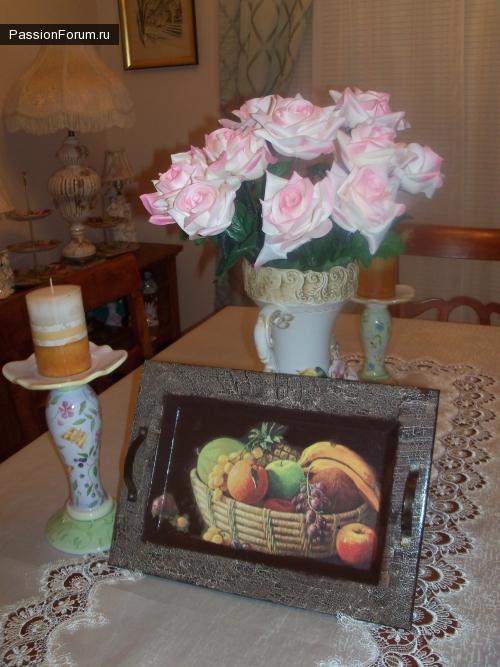 Подносик с фруктами и часы в дополнение к набору в ванную комнату