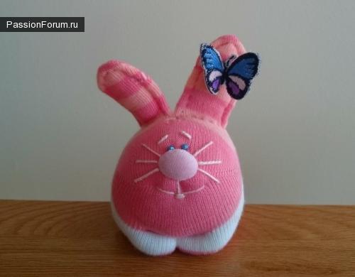 Милые зайчишки из детских носочков