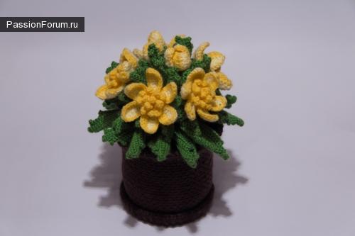 Вязаные цветы в горшочке крючком.