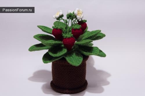 Вязаные цветы в горшочке крючком. Клубнички.