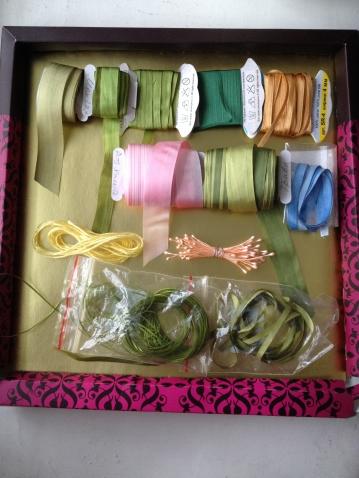 >     Вот такие шелковые     ленточки     использовала для     работы, нитки мулине,     серединки цветочков     и, конечно, иголки для     вышивки лентами,     ножнички, шило,     зажигалка