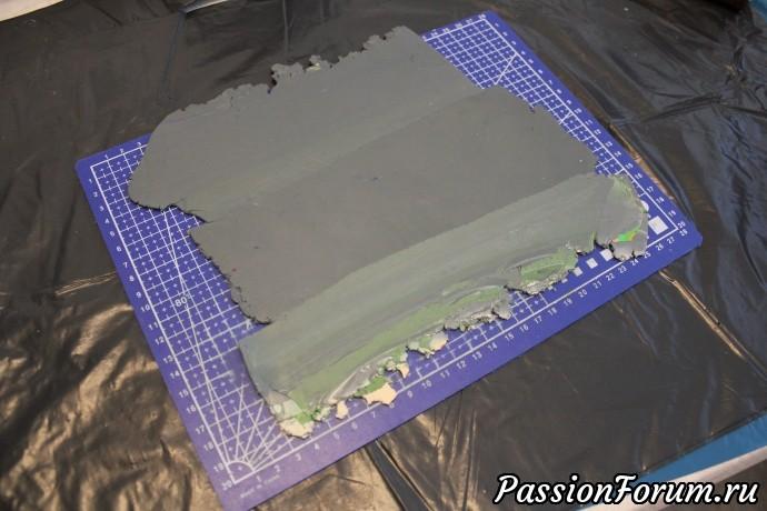Смешиваю остатки глины в однотонный цвет и раскатываю в пласт 3 мм.