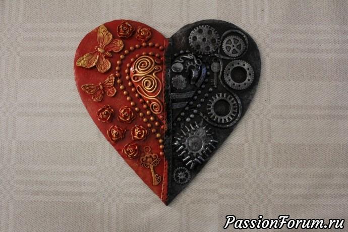 Черную сторону я серебрю с помощью губки и серебрянной краски, а красную- золочу!