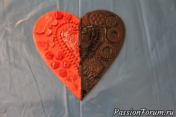 Половину сердца закрываем салфеткой, приклепляя ее скотчем посередине и красим открытую часть черной краской. Тоже два раза.