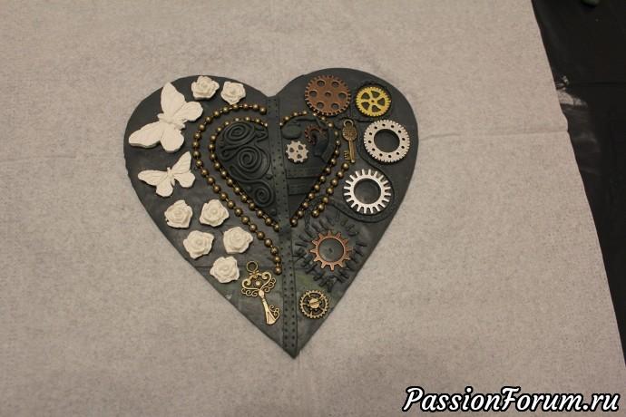 А теперь уже пользуемся супер клеем и приклеиваем остальные детали на глинянное сердце.