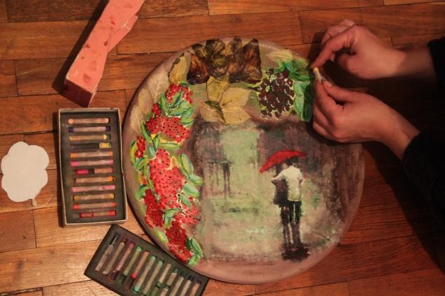 """Затем взяла """"Живые"""" листочки и приложила туда, где мне показалось они будут смотреться. Наклеила, немного оттенила пастелью."""