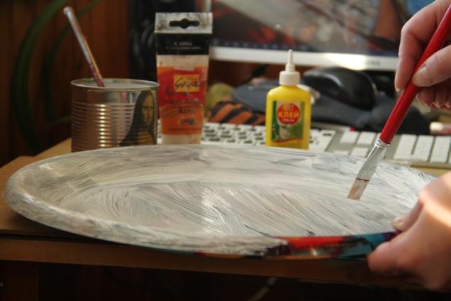 После обезжиривания поверхности, я смешала ПВА и белую краску. Так у меня выглядит грунтовка. Красим.