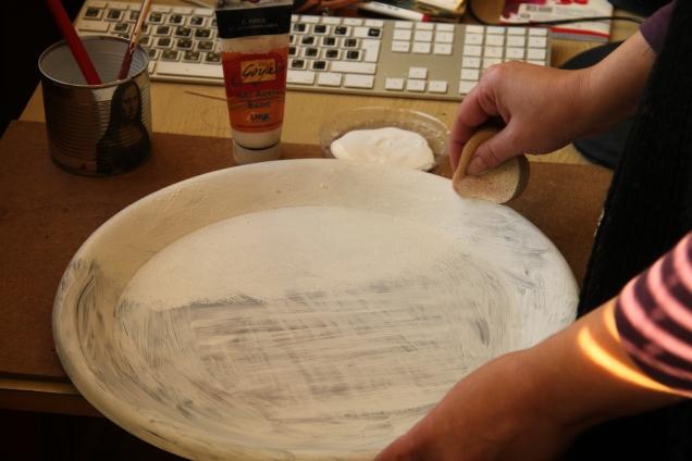 """После высыхания,я с помощью губки методом """"чпока"""" покрасила белым акрилом всю поверхность. Закрашиваем хорошо, если не нравится, еще раз проходимся."""