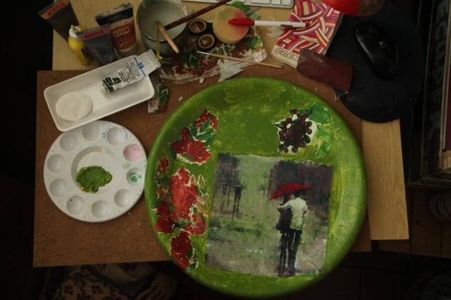 Затем взяла зеленую краску, и покрасила весь поднос. От этого цвета я буду, так сказать,отталкиваться.
