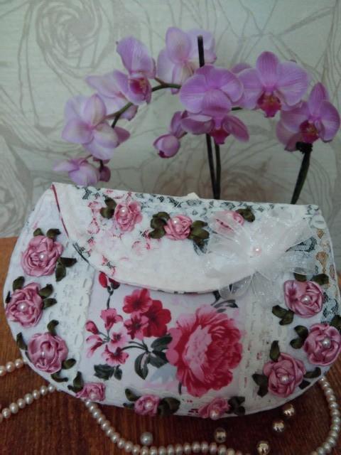 В сумочку вмещщается много вешищ для вышивальщицы.