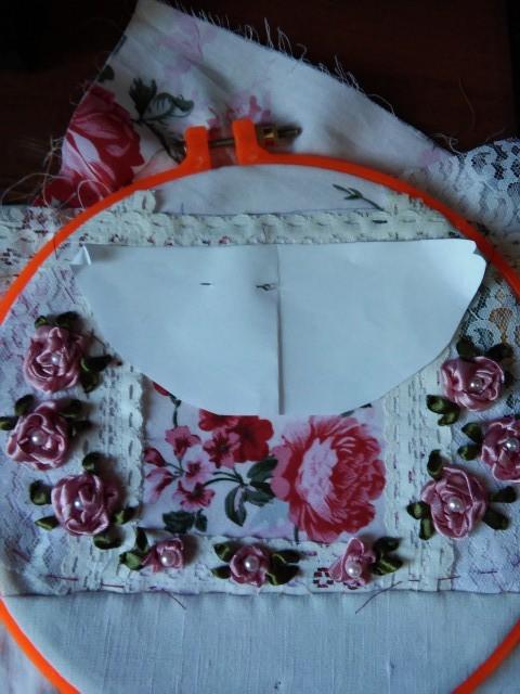 передняя часть сумки,вышита ленточками и украшена бусинками