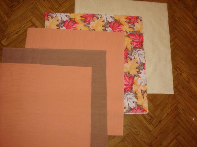 Вырезала квадраты 50*50 см. из каждой ткани по 2 шт.( на две стороны)