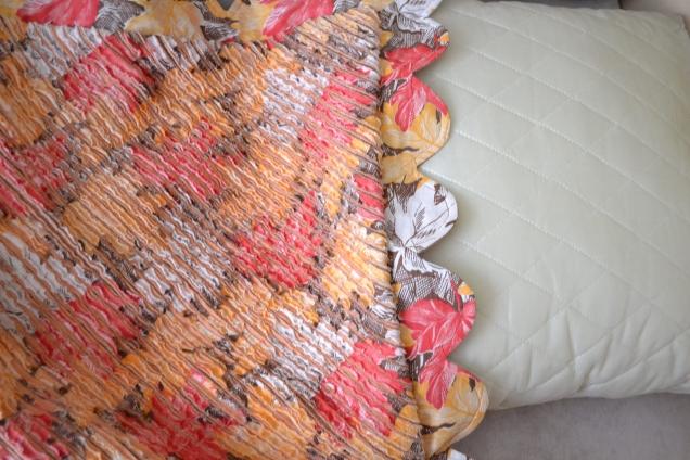 Выворачиваем и край утюжим.У меня уже была готовая подушечка из холлофайбера. Если нет, можно за 10 минут сшить и её.Вставляем подушку в нашу наволочку. И любуемся результатом.